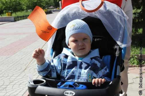 Юный копейчанин с флажком фестиваля