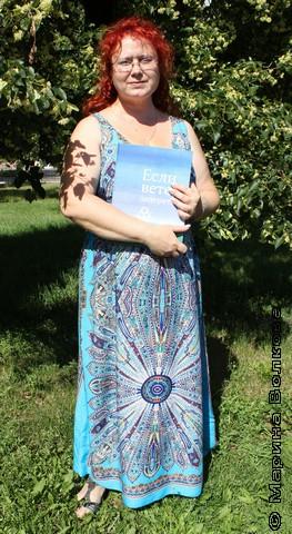 """Марина Юрина с авторским экземпляром книги """"Если ветер запереть"""""""