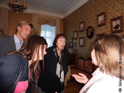 Потомки Евдокия и Александр, почётный житель Ишима Т.П. Савченкова  в музее Тобольска, гостиная Ершова