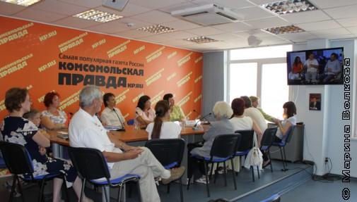 Фрагмент телемоста: наши за столом, белорусы - на экране