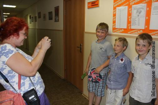 Марина Юрина фотографируют юных участников телемоста