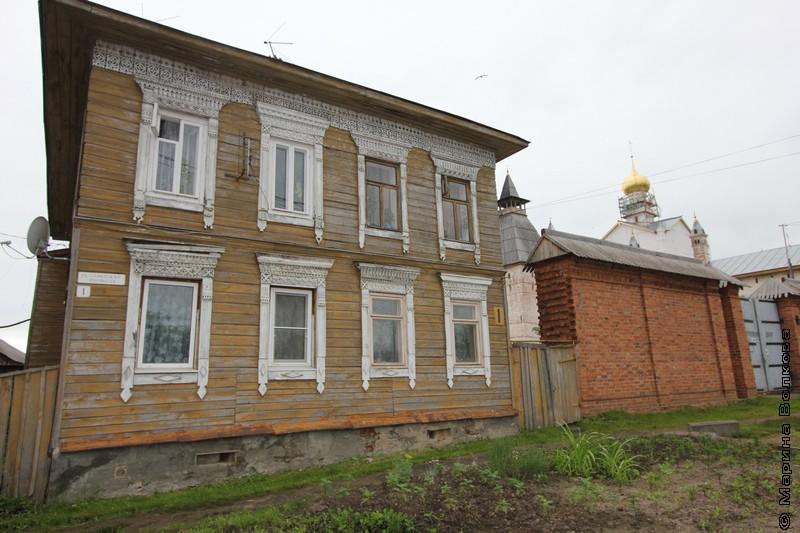 Ростов Великий, многоквартирный дом на задворках Кремля
