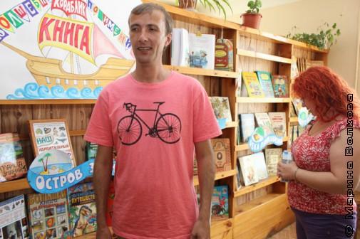 Янис Грантс и Марина Юрина в библиотеке села Миасское