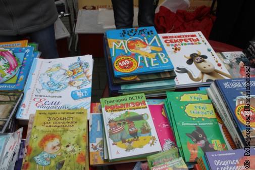 Книги нашего издательства - слева от Заходера и справа от Остера