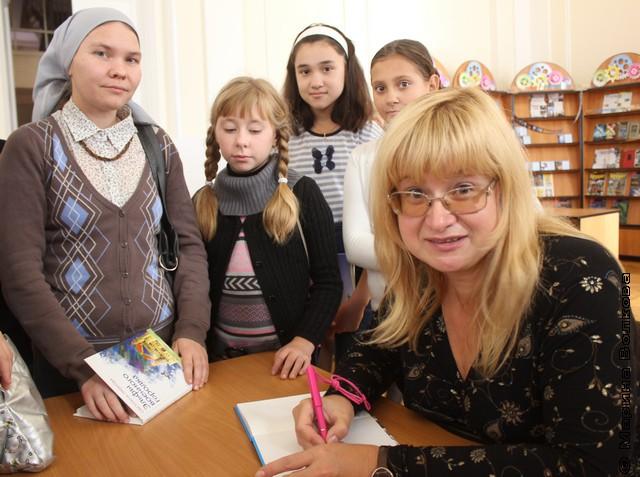 За автографом к Светлане Лавровой