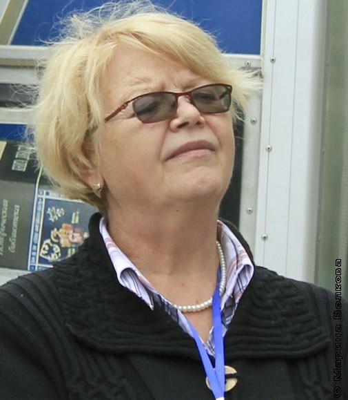 Наталья Шмидт слушает стихотворение Аргутиной