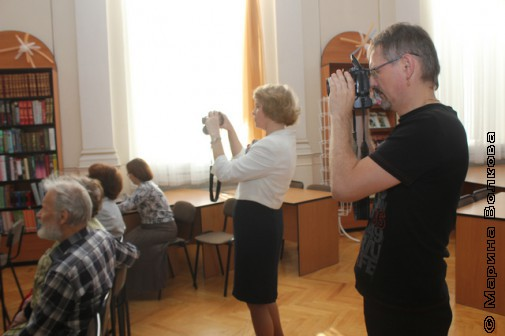 Марина Ивашкина и Александр Колпаков фотографируют церемонию