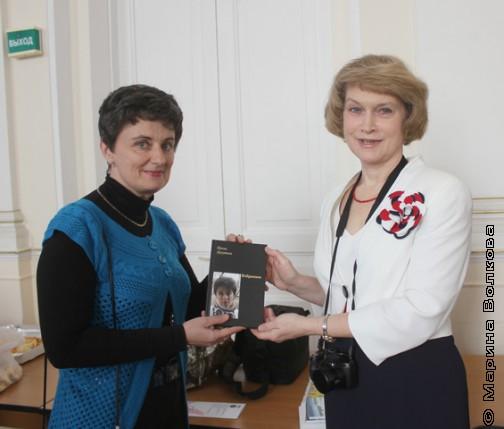 Ирина Аргутина дарит свою книгу Марине Ивашиной