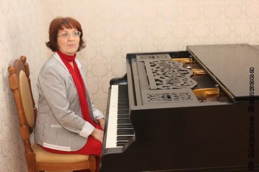 Рояль Малой Герценки и Елена Поплянова за ним