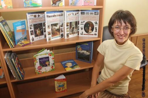 Ольга Колпакова на фоне своих книг в Малой Герценке