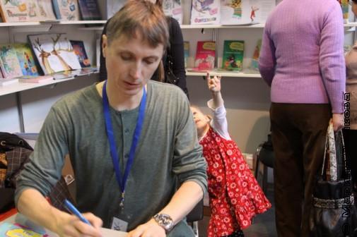 Михаил Придворов раздает автографы