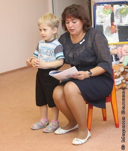 Татьяна Бережная и воспитанник младшей группы читают стихи