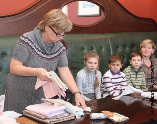 Надежда Шиляева показывает ткани для кукол