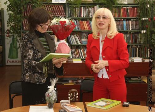Ольга Вячеславовна Сахаутдинова, библиотекарь Новой Пристани, благодарит Нину Александровну