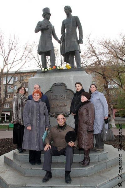 У памятника Пушкину и Далю