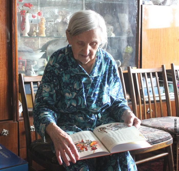 Нина Ивановна впервые взяла в руки новую книгу сына