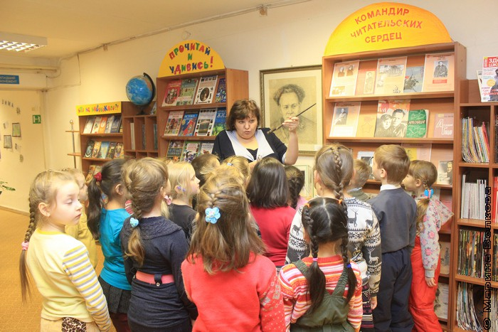 Детям рассказывают об Аркадии Гайдаре, имя которого носит библиотека