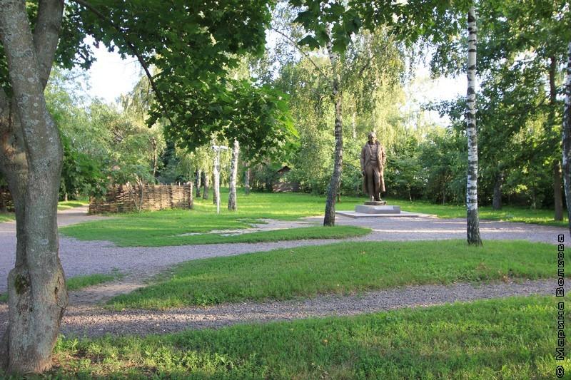 Памятник Есенину в саду его дома