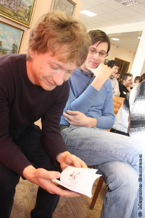 Александр Букасев впервые видит книгу, а я впервые вижу его