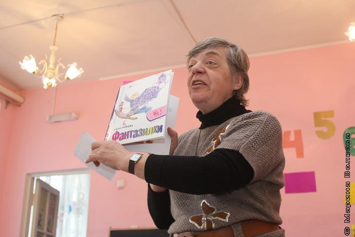 Валентина Косолапова с книгой Елены Ранневой
