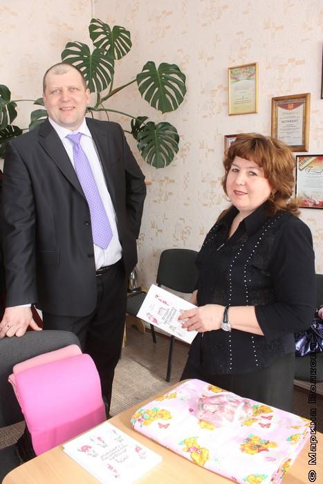 Алексей Владимирович и Татьяна Анатольевна с книжкой и тканью для сумочек