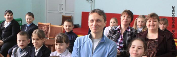 Михаил Придворов слушает свои стихи в исполнении школьников Бродокалмака