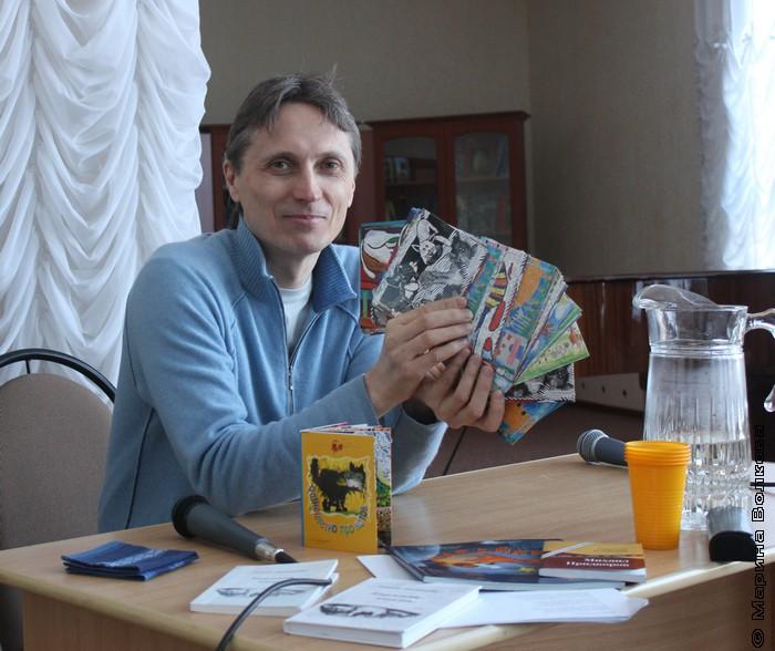 Михаил Придворов с открытками, которые мы выпустили специально к Мяу-эстафете