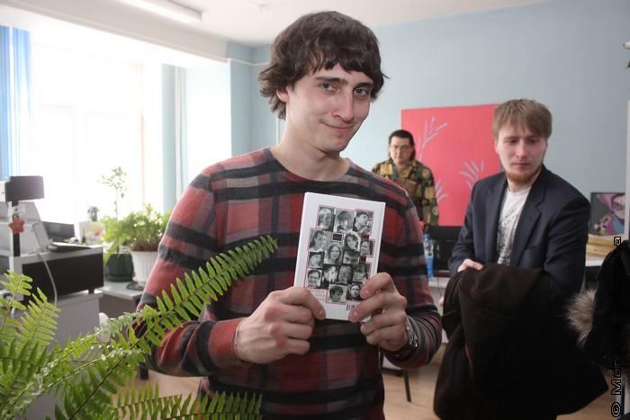 Роман Япишин впервые видит сборник со своим участием