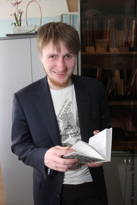 Александр Маниченко впервые видит книгу со своим участием