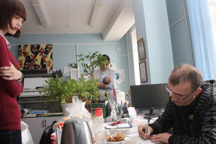 Янис Грантс подписывает книгу для Белинке, слева Елена Меньшенина, а на заднем плане Юлия Шпади с Тимофеем