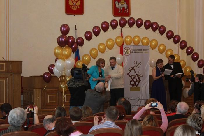 На сцене поздравляют Наталью Крупину