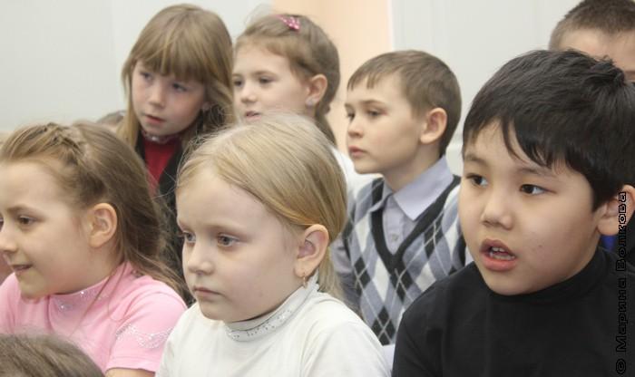 Дети слушают страшилки