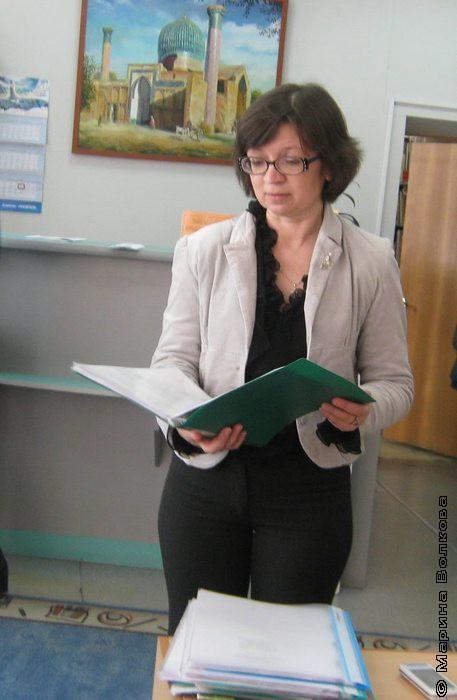 Нина Ягодинцева выдаёт маршрутные карты семинаров
