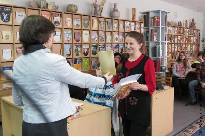 Руководитель кружка Лира Лидия Шалдуга принимает поздравления с юбилеем Лиры