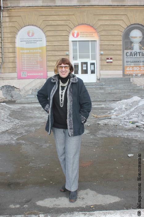 Марина Волкова у нижнетагильской центральной городской библиотеки