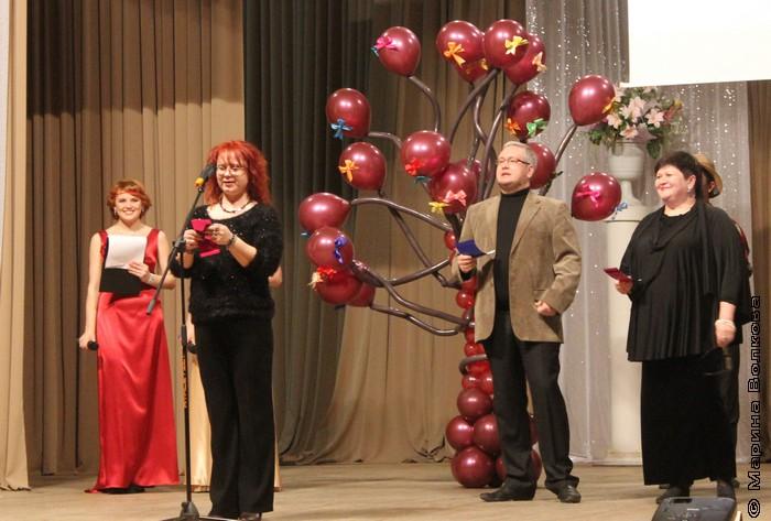 Марина Юрина читает стихотворение победителя конкурса