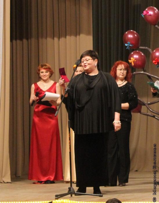 Елена Сыч читает стихотворение победителя конкурса