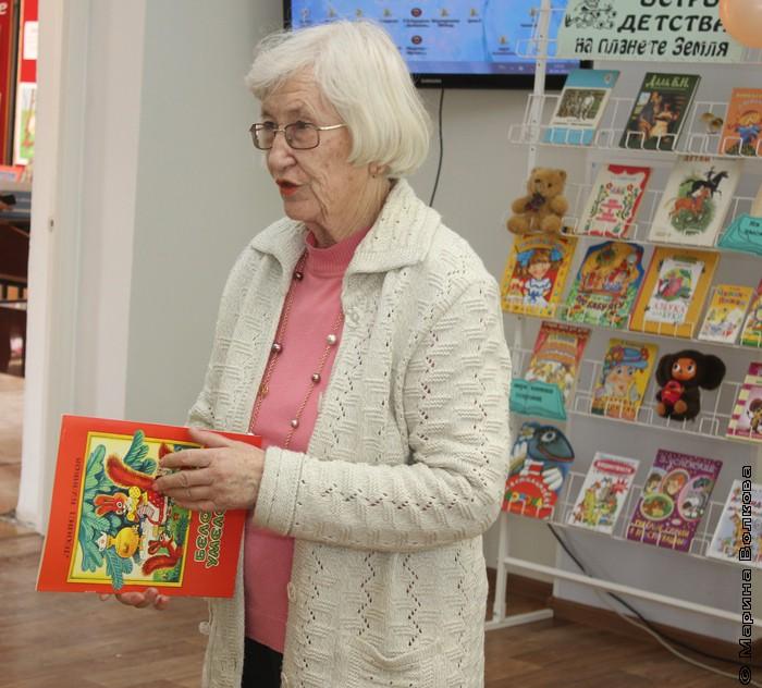 Северина Школьникова с книгой Леонида Куликова