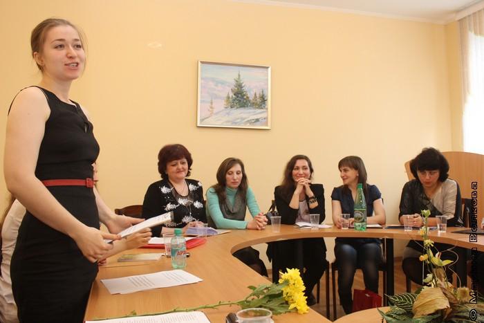 Оксана Зайцева, сценарист и ведущая праздника, выпускница курсов