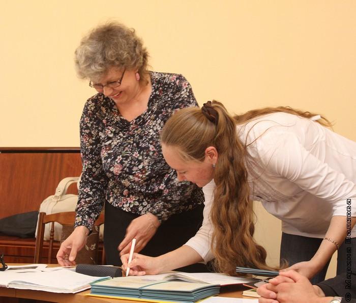 Оксана Ралкова получает диплом Литературных курсов