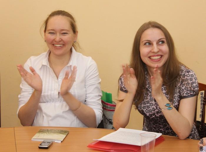 Оксана Ралкова и Надежда Николашина слушают стихи Надежды Шемякиной