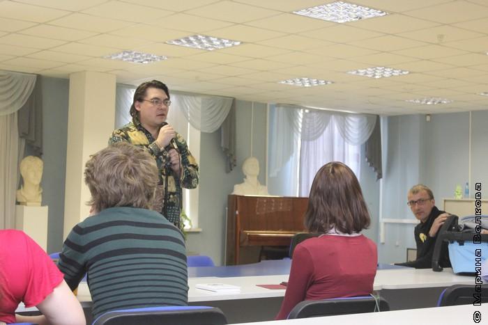 Пресс-аташе Евгений Иванов открывает презентацию