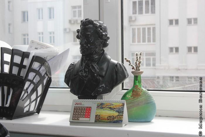 Окно за рабочим столом Елены Соловьевой в библиотеке имени Белинского