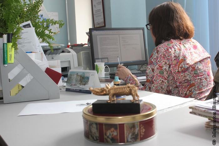 Елена Соловьева читает  договор