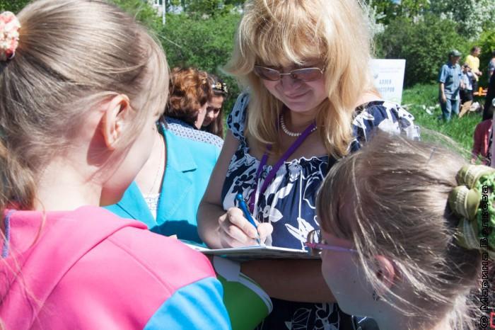 Светлана Лаврова дает автограф