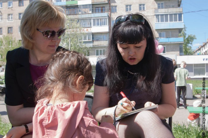 Кристина Стрельникова дает автограф