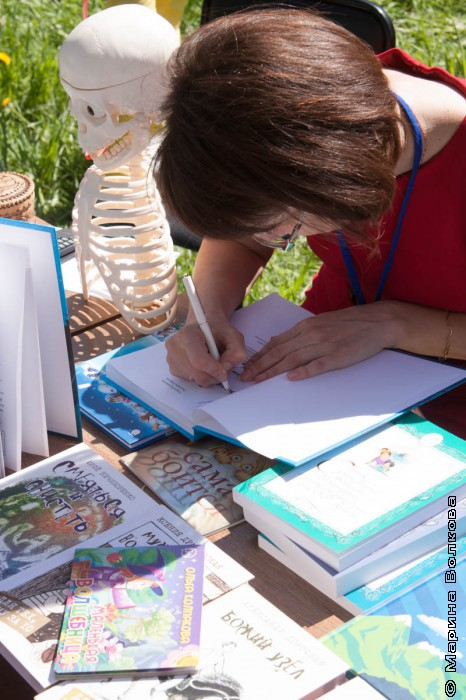 Ольга Колпакова дает автограф