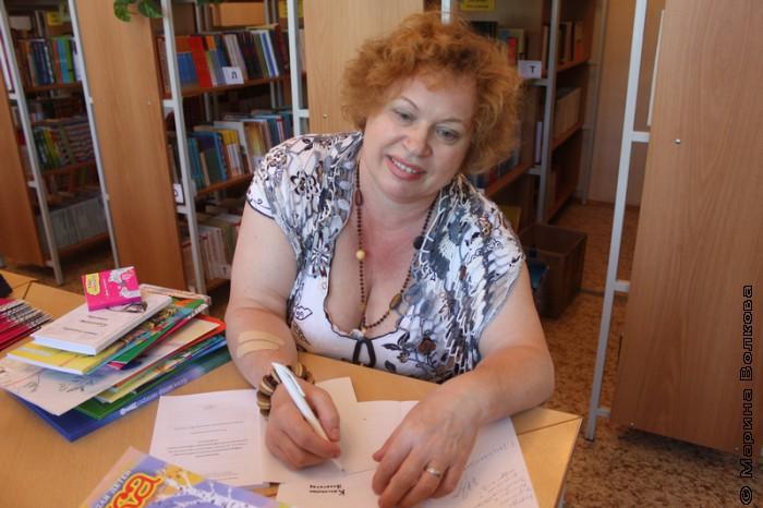 Нина Барсукова ставит автограф