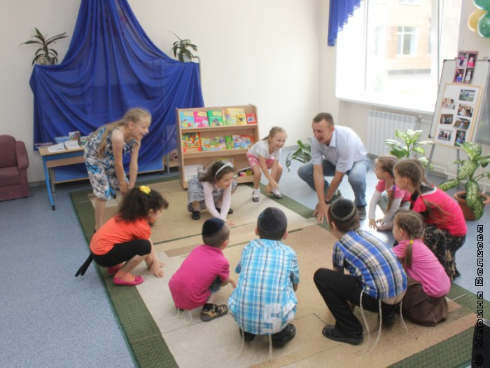 Константин Небогатов играет с ребятами в детском саду