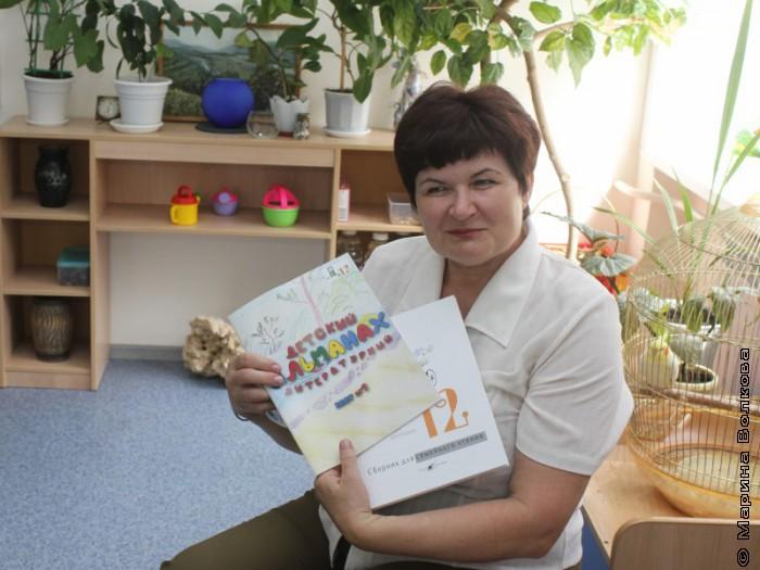 Валентина Тарасенко с книгами нашего издательства